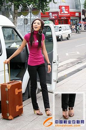 介于凉鞋与皮鞋的款式今年很流行. -秋日街头大热女鞋