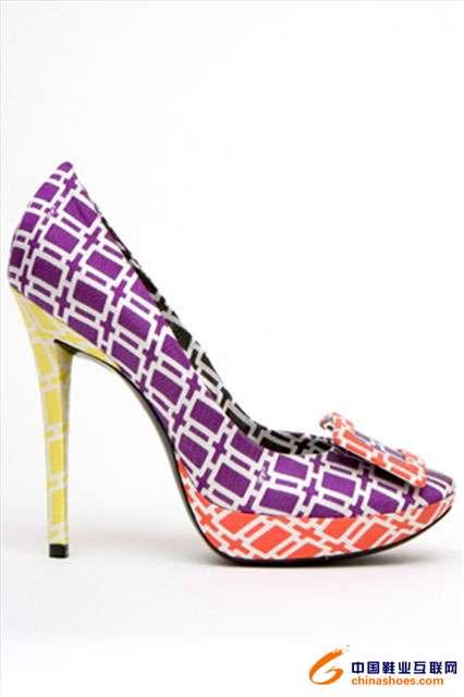 方格的花纹,让原本艳丽的鞋子不至于显得低档以及轻浮,反而更显质感