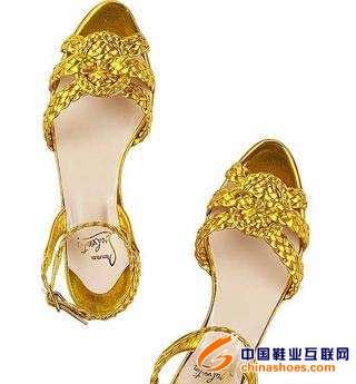 金属金色编织成的平底凉鞋