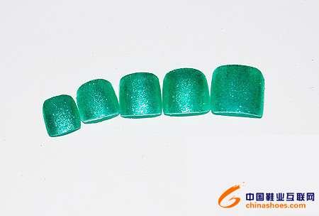 选择相同绿色的指甲油用撞色原则来达到指甲与鞋子