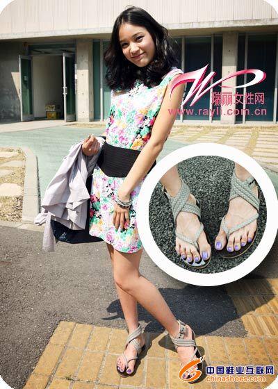 韩国美女街头争穿夹脚鞋