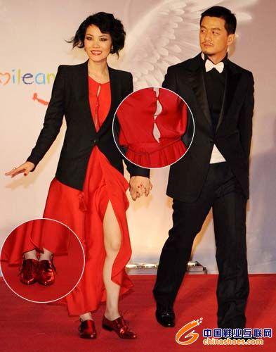 红色皮鞋与裙装成为和谐的搭配